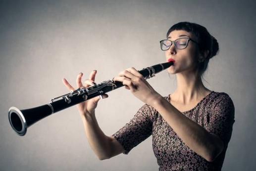 Une clarinettiste jouant sans anche avec le bec à l'envers