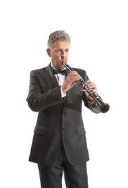 Un clarinettiste jouant avec les mains inversées