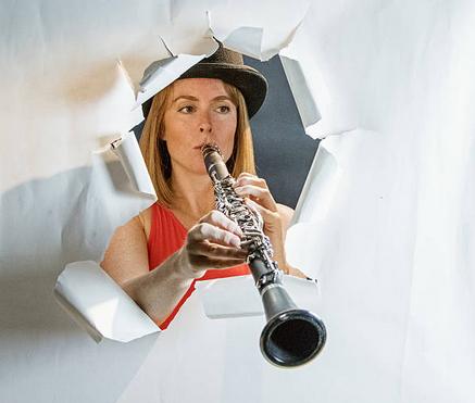 Une clarinettiste avec une étonnante position des mains