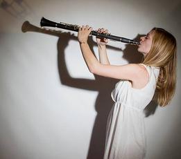 Une clarinettiste avec les mains inversées et une embouchure peu académique