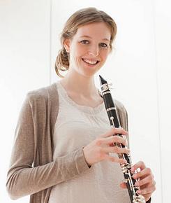 Encore une clarinettiste avec les mains échangées