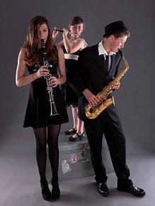 Une clarinettiste avec les mains inversées