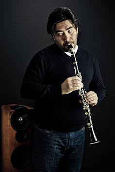 Tout est dans le regard de ce clarinettiste dont les mains sont échangées