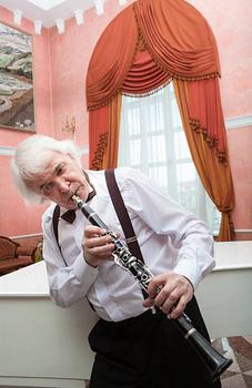 Une position des plus fantaisistes pour ce clarinettiste